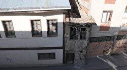 2 metre enindeki 2 katlı ev görenleri şaşkına çeviriyor