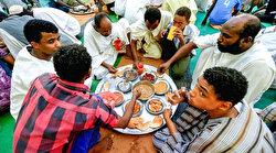 """برش رمضان"".. إفطار جماعي يتحدى الفقر وكورونا بالسودان"