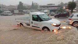 İzmir'i sağanak vurdu: Yollar göle döndü