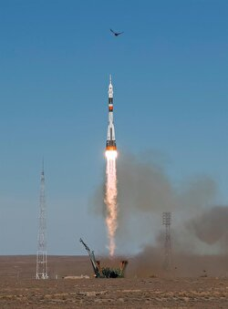 Soyuz rocket fails in mid-air, two-man U.S.-Russian crew lands safely