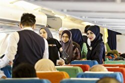 شدّد مدير شركة الطيران الماليزية الخاصة أنه تم منع تقديم الخمور بكل أنواعها عبر الرحلة كما وقع إلزام المسافرين غير المسلمين على ارتداء أزياء محتشمة.
