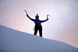 مغامر تركي يتحدى الصعاب ويتسلق جبلا جليديا في جزيرة غرينلاند