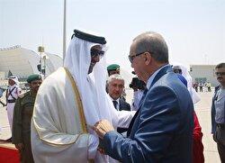 Turkish President Recep Tayyip Erdoğan (R) in Doha is welcomed by Emir of Qatar Sheikh Tamim bin Hamad Al Thani (L).