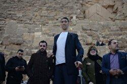 World's tallest man Sultan Kösen in Egypt