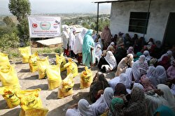 Turkish Humanitarian Relief Foundation (İHH) distributed food packets and aid to those in need across Pakistan. It also hosted an iftar meal and distributed clothes, toys and presents to 100 orphans in the country.