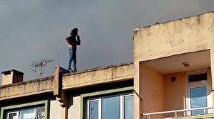 Çatıdaki yangın söndürülürken sigara içti: Görenler şaşkınlıklarını gizleyemedi