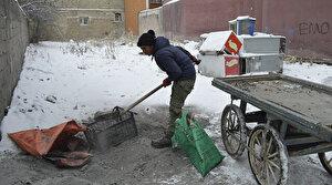 Kömür toplayarak okul masraflarını karşılıyorlar: Kardeşlerime yardımcı oluyorum