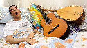 Yatağa mahkum yaşayan ve 6 yıldır gözlerini kırpamayan Halil 4 müzik aleti çalıyordu