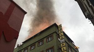 Beyoğlu'nda iş hanının çatısı alev alev yandı