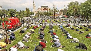 Şükür kavuşturana: Bazı vatandaşlar camilere kavuşmanın mutluluğuyla gözyaşlarını tutamadı