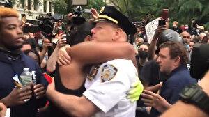 ABD'de George Floyd eylemcileri ile polis şefi el ele diz çöktü