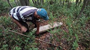 Definecilerin eski mezarlara dadanmasına mahalleli tepki gösterdi: Buraları kazıp duruyorlar
