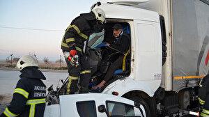 TIR'a çarpan kamyonun şoförü yarım saatlik çalışmayla kurtarıldı