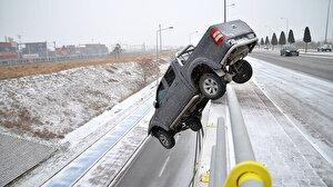 Bariyerlere çarpan pikap üst geçitte asılı kaldı: Bu arabadan çıkmam mucize!