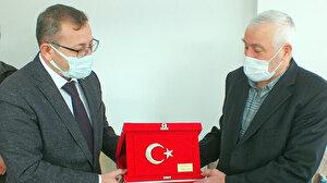 Dolaşan Türk bayrağını düzeltmeye çalışan yaşlı adam: Bayrağın katlı kalmasından rahatsız oldum