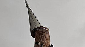Kum fırtınası cami minaresini devirdi