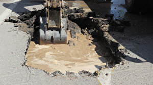 Sivas'ta su borusu patladı yol çöktü