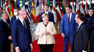 Angela Merkel katıldığı son AB zirvesinde mevkidaşlarıyla vedalaştı