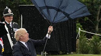 شاهد صراع رئيس الوزراء البريطاني مع مظلته الت...