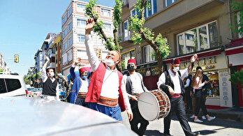 Fatih'in sokaklarında klasik bayram coşkusu