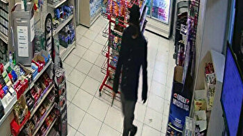 Armed robber in ski mask threatens gas station worker with doner knife