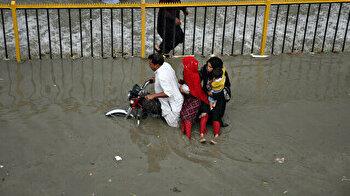 Streets turn into lake as torrential downpour lashes Pakistan's Karachi
