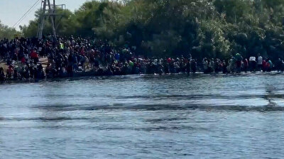 Thousands of migrants wade across river to get to Texas