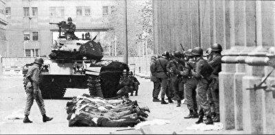 Ordu Genel Kurmay Kenan Evren Başkanlığı'nda yönetime el koydu.
