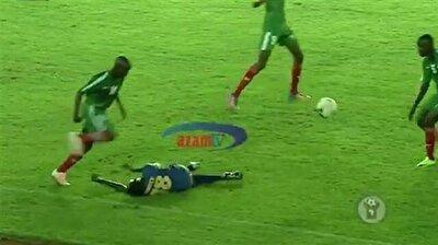 ركلة قاضية توقع أحد اللاعبين أرضًا خلال مباراة كرة قدم