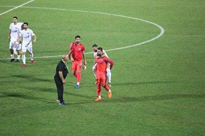 Ramazan Köse, sakatlanan takım arkadaşı Veysel Sarı'yı sırtına aldı.