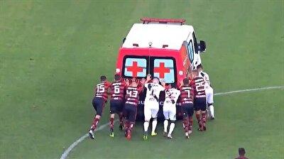 شاهد ماذا فعل اللاعبون بسيارة إسعاف تعطلت داخل الملعب؟!