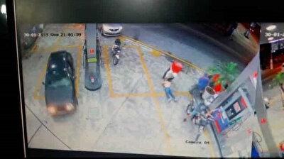 شاهد: لحظة اعتداء سائق دليفري على امرأة بالضرب داخل محطة وقود
