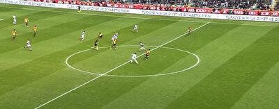 Göztepe'nin gollük atağında ofsayt bayrağı kaldırıldı. Maçın hakemi oyunu durdururken VAR incelemesi yapılamadı.