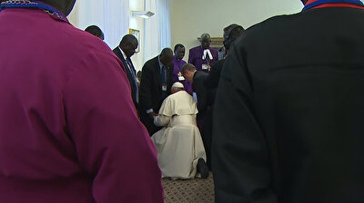 Pope kisses feet of South Sudan leaders for 'peace'