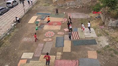 في تركيا.. أطفال يصنعون ملعب كرة قدم من السجاد