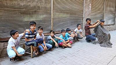 حلاق تركي يُسعد الأطفال بهذا العمل قبل قدوم العيد
