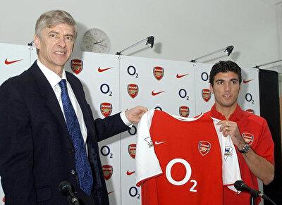 Arsene Wenger, Reyes'in transferinde büyük rol üstlenmiş ve İspanyol oyuncunun Arsenal'i tercih etmesinde etkili olmuştu.
