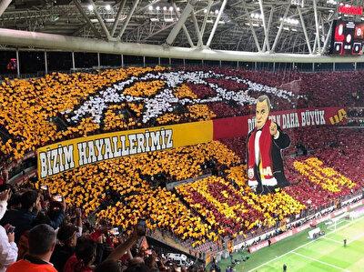 Galatasaray tribünlerinin Fenerbahçe maçında yaptığı koreografi.