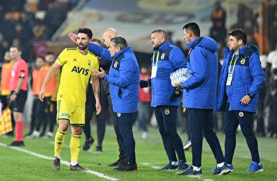 Ersun Yanal, Yeni Malatyaspor maçında Hasan Ali Kaldırım'a taktik veriyor.