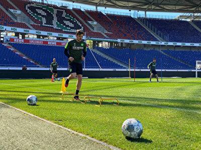 Hannover'de futbolcular, sosyal mesafe kuralına dikkat ederek çalışmalarını sürdürüyor.