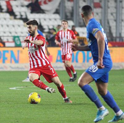 Doğukan Sinik, Antalyaspor formasıyla çıktığı 56 maçta 1 gol atarken, 2 de asist kaydetti.