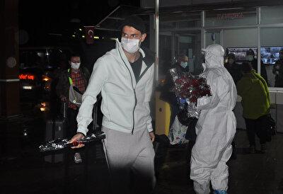 Yetkililer havalimanında vatandaşları çiçeklerle karşıladı.