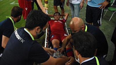 Batuhan yaşadığı sakatlık sonrası sedye ile oyundan alındı.