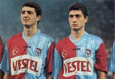 Şota, ikiz kardeşi Arçil ile birlikte bordo-mavili takımda forma giymişti.