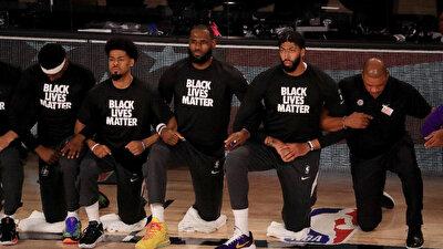 NBA'de basketbolcular, 'Siyah hayatlar önemlidir' tişörtü giyerek ulusal marş söylenirken protesto gerçekleştiriyor.