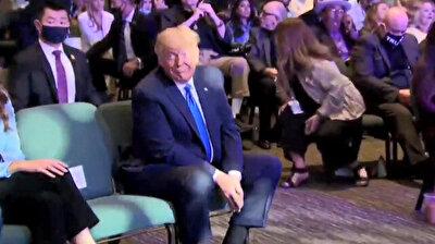 شاهد.. ترامب يعدّ الدولارات أمام الكاميرا قبل التبرع بها في كنيسة!