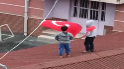 Children risks their lives to rectify Turkish flag entangled by wind in Istanbul