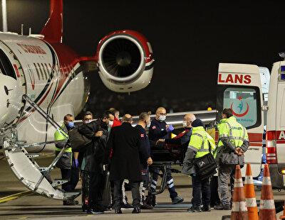 Uçaktan indirilen Nedim Özbey, kendisini bekleyen ambulansa alınarak tedavisinin gerçekleştirileceği hastaneye götürüldü.