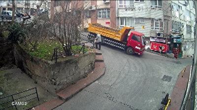 شاحنة تصطدم ببناية بعدما أخفق السائق بالتحكم بها في نزول حاد