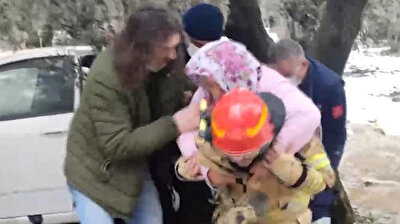 An heroic firefighter rescued an older woman, who suffered injuries when a vehicle spun out of control and dived into an olive grove, by hoisting her onto his back and carrying her out into the clearing due to the heavy snow in Turkey's western province of Bursa.